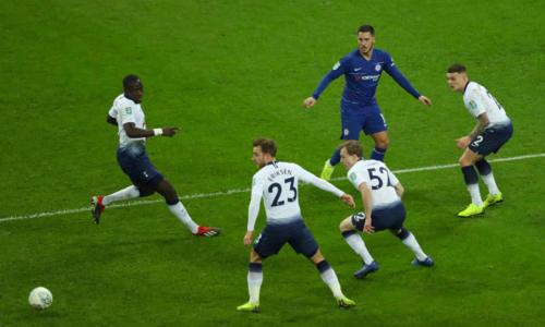 Hazard bị bao vây bởicầu thủ Tottenham. Tiền vệ người Bỉ nhận được sự chăm sóc đặt biệt khi bị phạm lỗi tới bảy lần, nhiều nhất trong một trận mùa này. Ảnh:Reuters.