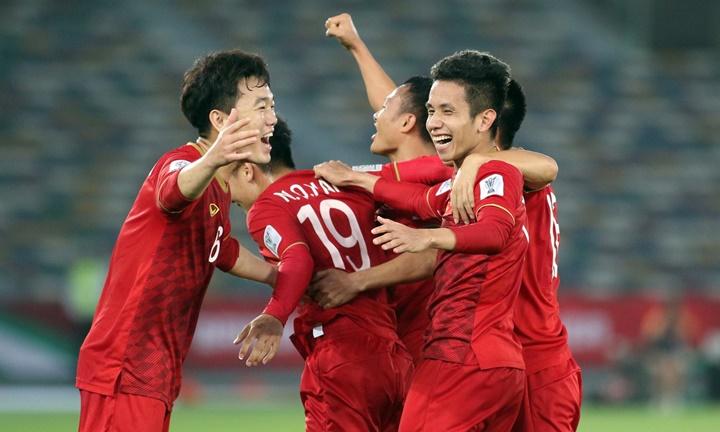 Xuân Trường (số 6) và Hồng Duy (số 12) được HLV Park Hang-seo cho đá chính trước Iraq. Ảnh: Anh Khoa.
