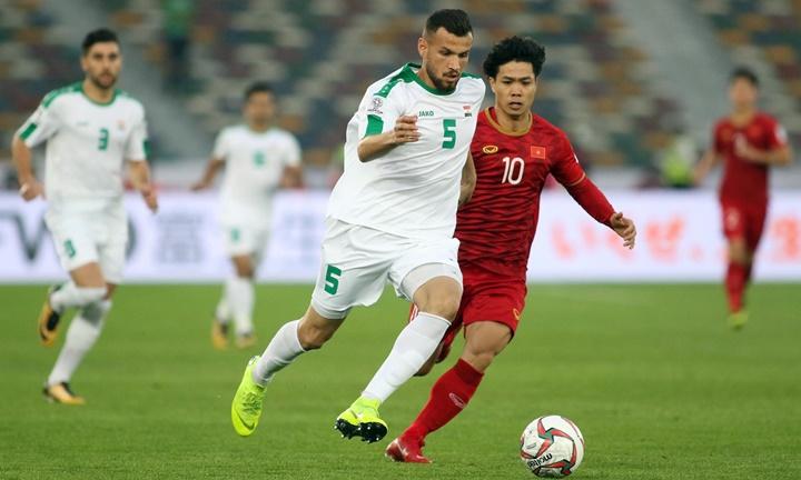 Cầu thủ Việt Nam (áo đỏ) bị lép vế khi va chạm với hàng thủ Iraq cao to. Ảnh: Anh Khoa.