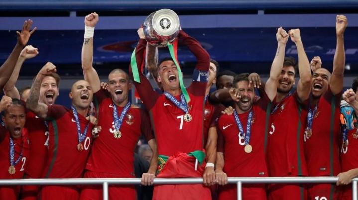 Bồ Đào Nha vô địch Euro 2016, dù vượt qua vòng bảng với vị trí thứ ba. Khi đó, Ronaldo và đồng đội có ba điểm và hiệu số bàn thắng bại bằng không. Ảnh: Reuters.