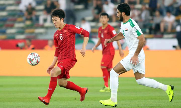 Việt Nam (áo đỏ) thua Iraq 2-3 ở trận ra quân, nhưng vẫn có khả năng cao đi tiếp nếu thua Iran và thắng Yemen. Ảnh: Anh Khoa.