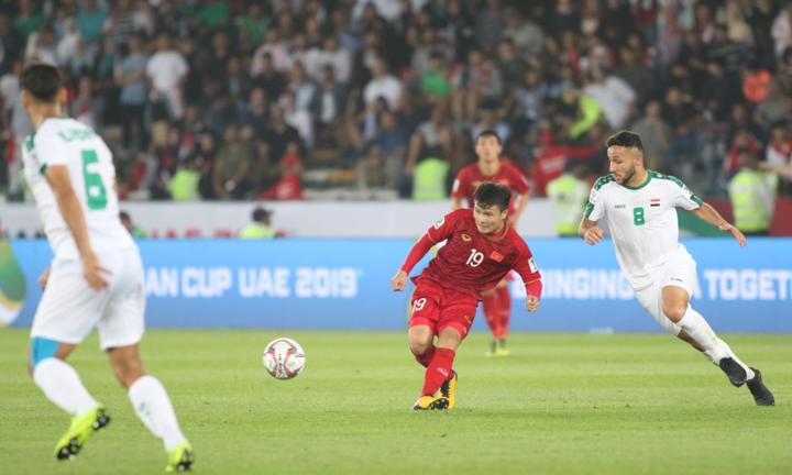 Quang Hải chuyền bóng khi bị cầu thủ Iraq theo kèm. Ảnh: Văn Lộc.