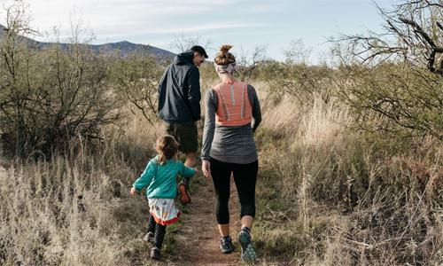 Chồng Jeff, con gái Mila luôn đồng hành với Brigid trong các buổi tập chạy. Ảnh: RW.