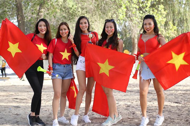 Một nhóm CĐV Việt Nam bên ngoài sân, trước trận đấu với Iraq. Ảnh: Anh Khoa.