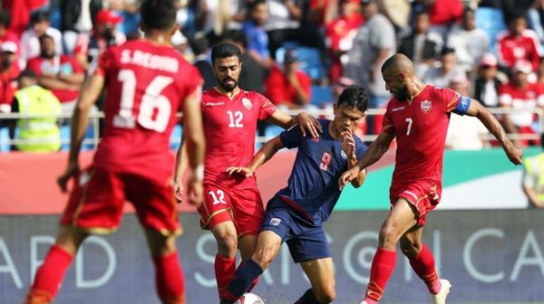 Adisak (áo xanh) lỡ cơ hội ghi bàn trong hiệp hai khi sút trúng cột dọc. Ảnh: AFC.