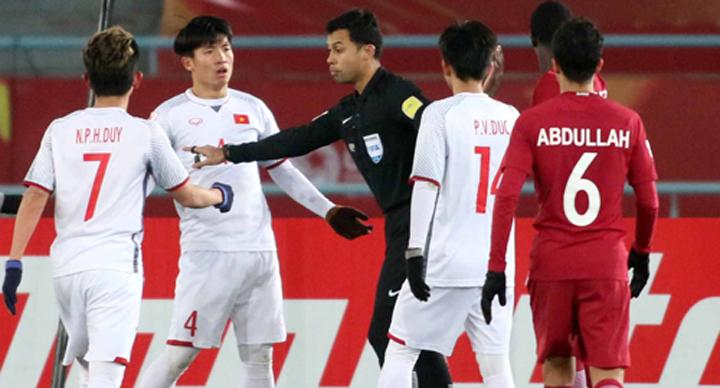 Trọng tàiMuhammad Taqi Aljaafari thổi phạt 11m với U23 Việt Nam tại giải U23 châu Á vào tháng 1/2018. Ảnh: Anh Khoa
