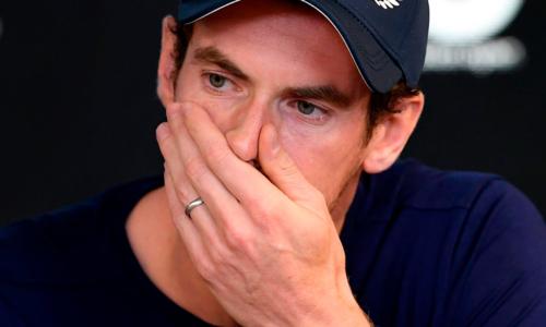 Andy Murray cố kìm nén nước mắt trong họp báo sáng 11/1.