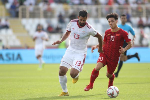 Công Phượng đi bóng trước sự theo kèm của cầu thủ Iran. Ảnh:Văn Lộc.