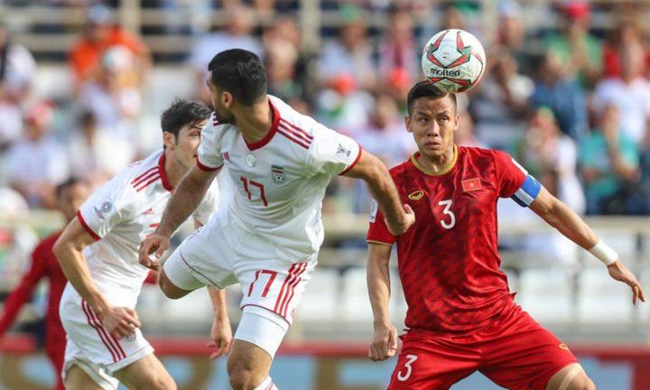 Ngọc Hải (số 3) chơi nỗ lực nhưng không thể ngăn Sardar Azmoun lập cú đúp. Ảnh: FarsNews.