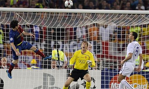 Messi trong pha đánh đầu ghi bàn, giúp Barca đánh bại Man Utd ở chung kết Champions League 2009.