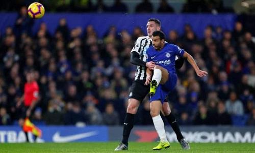 Pedro tâng bóng, mở tỷ số trận đấu cho Chelsea. Ảnh: Reuters.