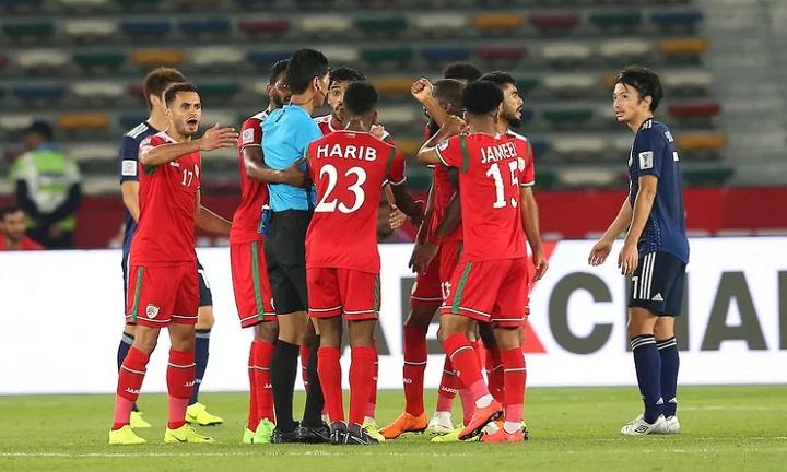 Các cầu thủ Oman tranh cãi với trọng tài khi họ đòi phạt đền sau pha để bóng chạm tay của Nagatomo. Ảnh: Fox.