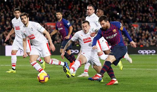 Hàng thủ Eibar bất lực với pha dứt điểm khéo léo của Messi.