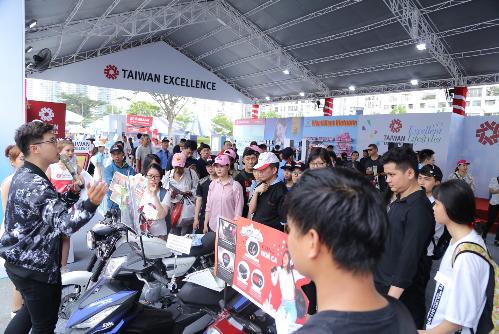 Gian hàng tại HCMC Marathon 2019 của Taiwan Excellence thu hút nhiều người trải nghiệm.