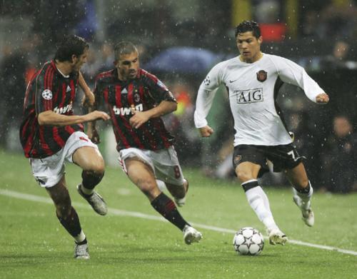 Gattuso (giữa) theo kèm Ronaldo ở trận bán kết Champions League lượt về mùa 2006-2007 tại sân San Siro. Ảnh:AFP.