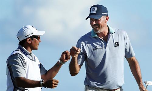 Kuchar (phải) bị đồn trả công chỉ 3000 đôla cho caddie khi vô địch ở Mexico. Ảnh: Golfchannel.