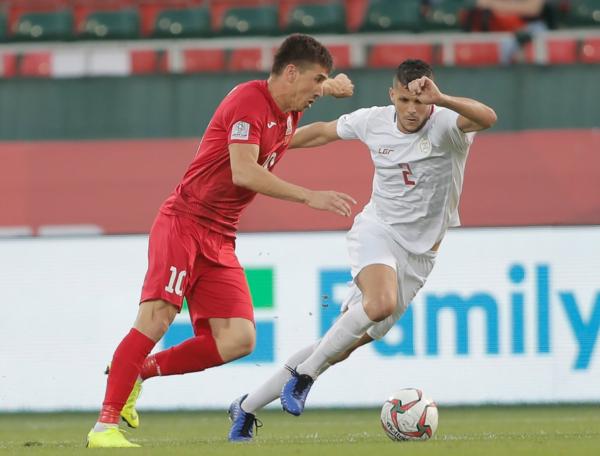 Kyrgyzstan (trái)có thế trận lấn lướt trong phần lớn thời gian thi đấu. Ảnh:AFC.