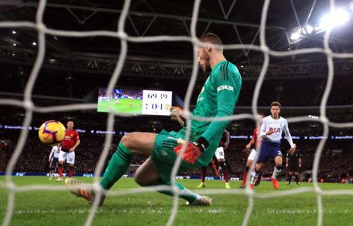 De Gea thực hiện một pha cản phá bằng chân ở trận đấu gặp Tottenham. Ảnh:PA.