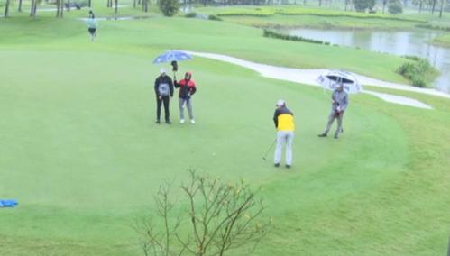 Thời tiết khắc nghiệt tại Đầm Vạc khiến các golfer không có được vòng đấu như ý. Ảnh: Golfedit.