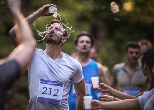 Người chạy marathon thường phải tiếp nước thường xuyên để đối phó với tình trạng mất nước và cả sốc nhiệt, nếu chạy trong điều kiện thời tiết nắng nóng.