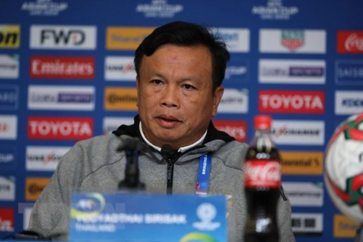 HLV Sirisak Yodyardthai bất ngờ thành công khi được đưa lên thay thế Rajevac.
