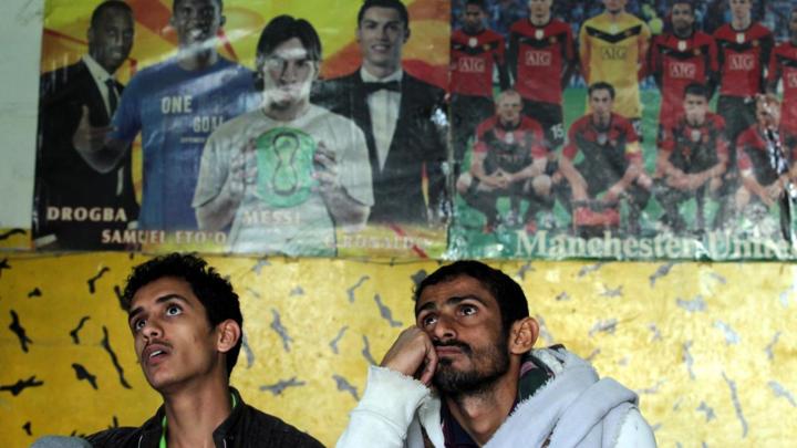 Người dân Yemen theo dõi trận đấu giữa đội tuyển quốc gia với Iraq hôm 12/1 vừa qua.