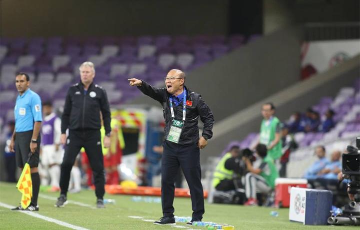 HLV Park nhắc khéo Quang Hải về chuyện ghi bàn trước trận đấu với Yemen. Ảnh: Anh Khoa.