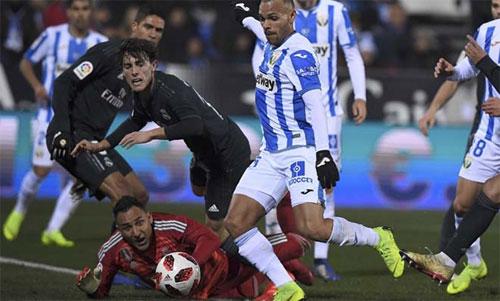 Thủ môn Keylor Navas bất lực nhìn đối thủ ghi bàn. Ảnh: Reuters
