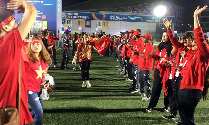 Nhiều tình nguyện viên Yemen đã diện trang phục đỏ, giống màu áo của đội tuyển Việt Nam, để chúc mừng đại diện Đông Nam Á. Ảnh: Thắng Nguyễn.
