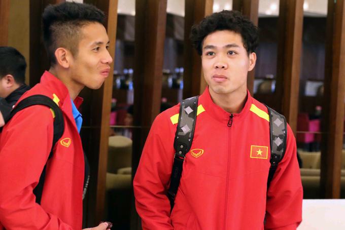 <p> Công Phượng (phải) và người bạn thân thiết ở CLB HAGL, Nguyễn Phong Hồng Duy. Cả hai tranh thủ dùng đồ ăn nhẹ tại sảnh khách sạn trong lúc chờ làm thủ tục nhận phòng.</p>