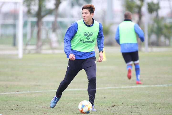 Yun Young-sun cùng Ulsan Hyundai tập luyện tại Hưng Yên, chuẩn bị cho trận đấu với U22 Việt Nam. Ảnh: Lâm Thỏa