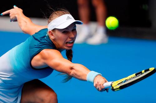 Wozniacki thua cuộc sau màn đấu thể lực căng thẳng với Sharapova.