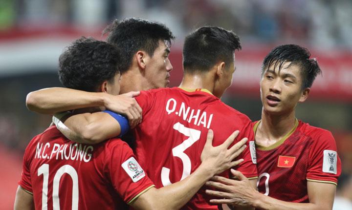 Tuyển Việt Nam ăn mừng chiến thắng 2-0 trước Yemen ở trận cuối cùng vòng bảng Asian Cup 2019 tối 16/1. Ảnh: Anh Khoa