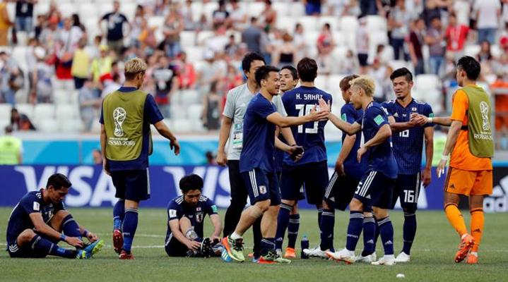 Cầu thủ Nhật Bản chúc mừng nhau, sau khi biết mình vượt qua vòng bảng nhờ chỉ số fair-play.