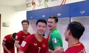 Cầu thủ Việt Nam nhảy múa trong phòng thay đồ sau khi vào tứ kết Asian Cup