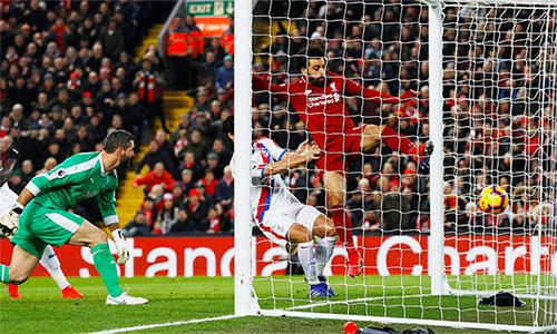 Bàn nâng tỷ số lên 3-2 của Salah trong trận Liverpool thắng Crystal Palace 4-3. Ảnh: Reuters.