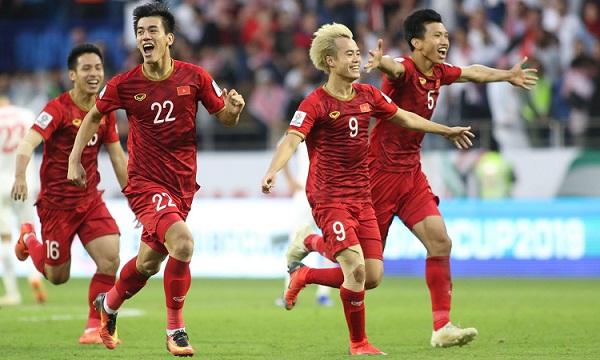 Cầu thủ Việt Nam vỡ òa trong sung sướng sau cú đá luân lưu thành công của Tiến Dũng. Ảnh: Anh Khoa.