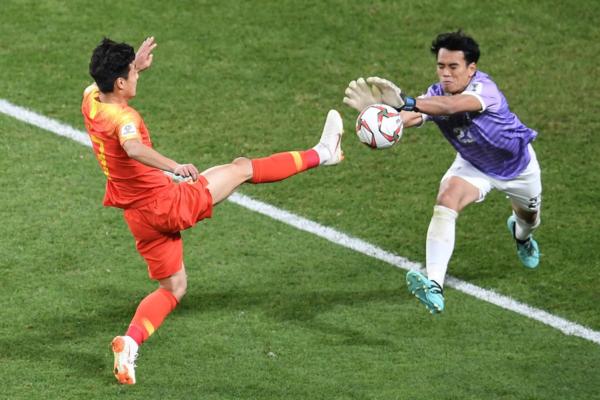 Wu Lei (Trung Quốc) trong pha bóng đối mặt thủ môn Tedsungnoen. Ảnh:AFC.