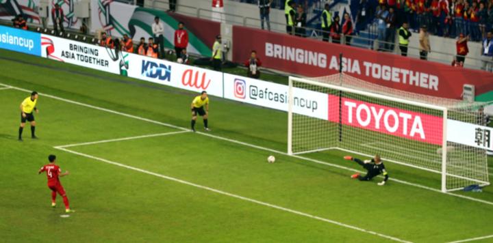 Bùi Tiến Dũng và cú sút hiểm hóc, đánh lừa thủ môn Jordan đưa Việt Nam vào tứ kết Asian Cup. Ảnh: AFC.