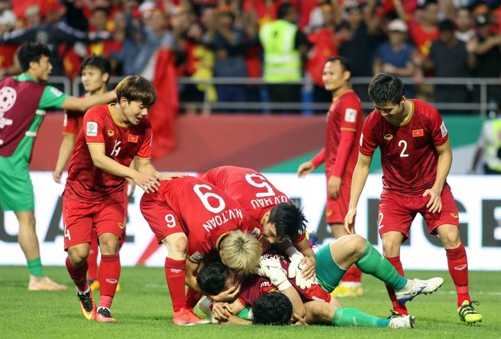 Đồng đội chia vui cùng thủ thành Văn Lâm sau khi người gác đền Việt kiều cản thành công một cú sút của Jordan. Ở cú sút hỏng còn lại, cầu thủ Jordan đưa bóng tìm tới xà ngang. Ảnh: Anh Khoa.
