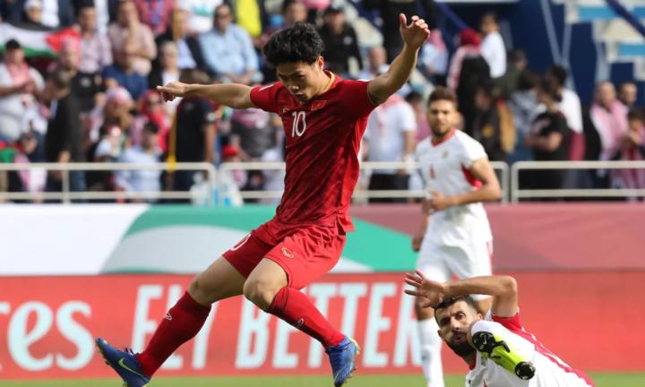 Công Phượng (áo đỏ) và đồng đội khiến cầu thủ Jordan choáng váng. Ảnh: AFC.