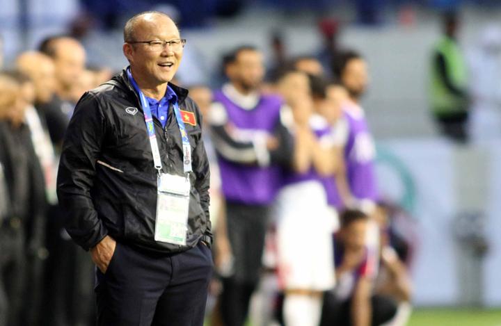 HLV Park Hang-seo thoải mái chứng kiến các học trò sút luân lưu trong trận đấu với Jordan tối qua. Ảnh: Anh Khoa.