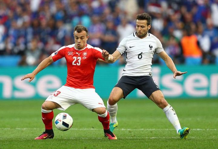 Cabaye (phải) trong một trận đấu của đội tuyển Pháp.