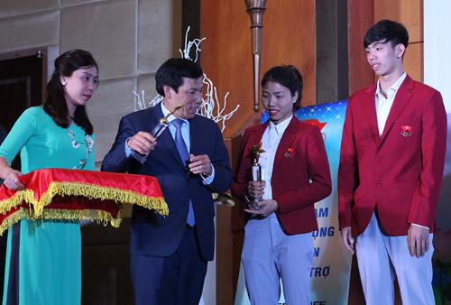 Bộ trưởng Nguyễn Ngọc Thiện trao phần thưởng cho các vận động viên Olympic.