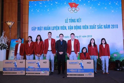 Chủ tịch Asanzo, Phạm Văn Tam trao thưởng tivi cho các vận động viên.