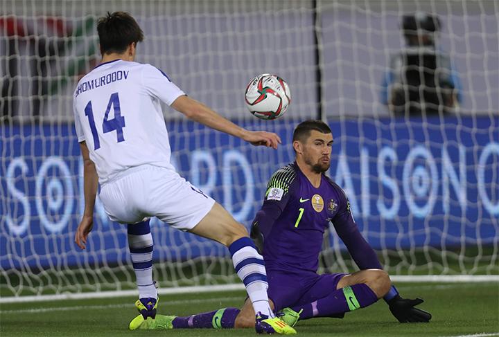 Thủ môn Ryan trong pha cản phá Shomurodov ngay hiệp đầu.