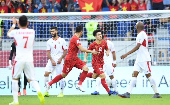Công Phượng mừng bàn thắng vào lưới Jordan. Ảnh: AFC.