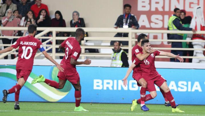 Cầu thủ Qatar chia vui sau bàn mở tỷ số của Bassam (số 15). Ảnh: AFC.