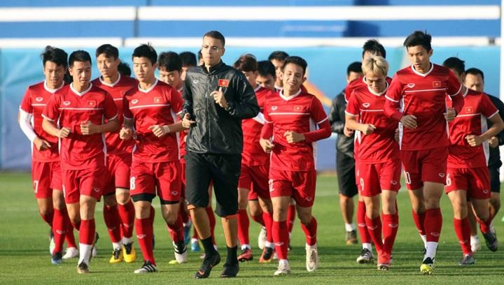 Việt Nam trên sân tập ở Dubai. Thầy trò Park Hang-seo ngoài lợi thế về ngày nghỉ, còn không phải di chuyển giữa hai vòng 1/8 và tứ kết, khi tiếp tục được chơi ở sân Al Maktoum. Ảnh: Anh Khoa.
