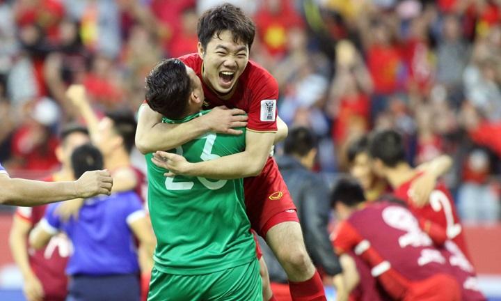 Niềm vui của Xuân Trường và Văn Lâm sau khi thắng Jordan ở loạt sút luân lưu. Ảnh: Anh Khoa.